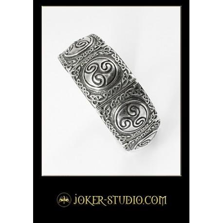 Широкий ювелирный браслет с древним символом кельтов трискель