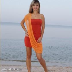 Модное женское платье с длинным шлейфом