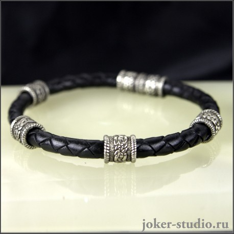 Кожаный браслет ручного плетения с бусинами в кельтском стиле