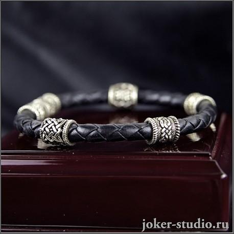 Кожаный браслет с ювелирными кельтскими и славянскими бусинами на плетеном шнуре