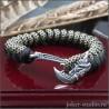 Паракордовый браслет из двухцветных шнуров с топором Грифон и плетением змейка