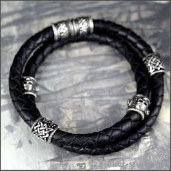 Браслет с двойным кожаным шнуром украшенный шармами из черепов и символом Сварога