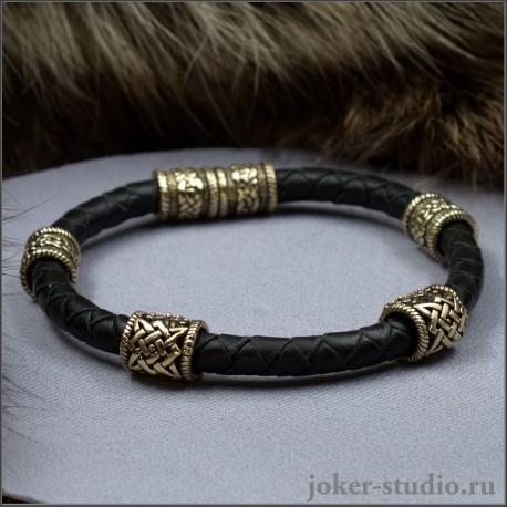 Браслет из кожаного шнура с бронзовыми шармами – купить в мастерской Джокер