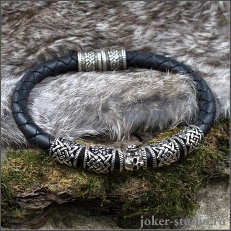 Кожаный плетеный браслет с черепом и бусинами Сварога украшение ручной работы