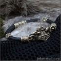 Молот Тора мужской кожаный браслет с бронзовым Мьёльниром и бусинами из черепов