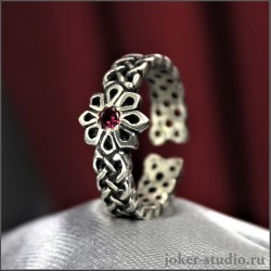 Женское тонкое кольцо с зеленым камнем и славянской звездой Алатырь