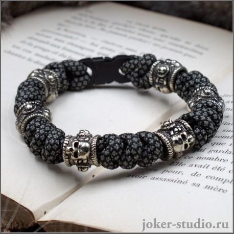 Мужской плетеный браслет из паракорда змейка с шестью черепами оригинальный подарок с символикой