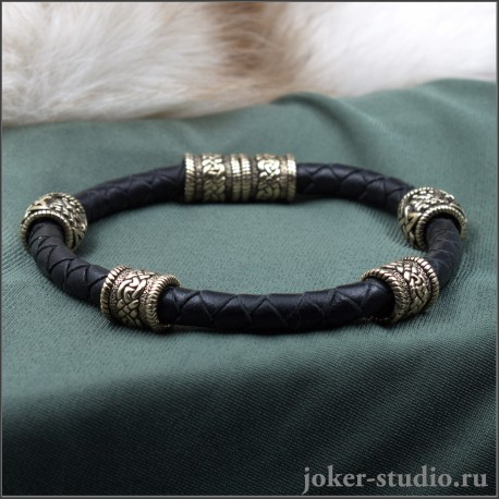 Кожаный браслет шнур с кельтскими и славянскими шармами из бронзы