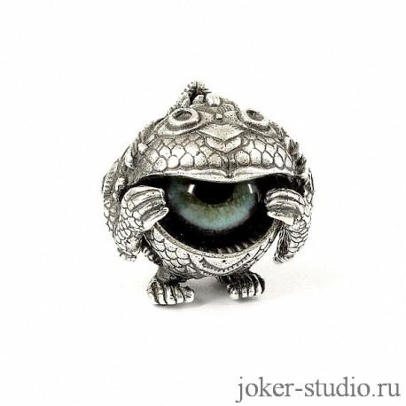 Кулон сувенир с голубым глазом песца в фэнтезийном серебряном украшении